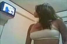 Kinantot si Pamela ng Naka Short Pa Habang Nood ng TV